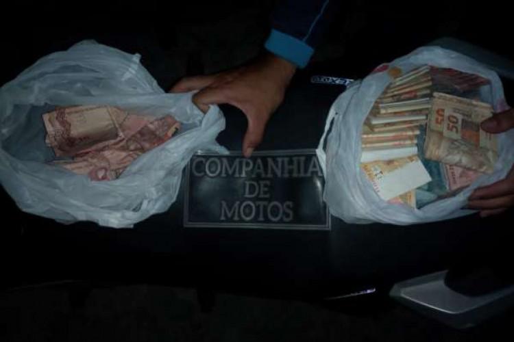 Com o suspeito, foram encontradas duas sacolas com dinenheiro, totalizando cerca de R$ 20 mil (Foto: Foto: Ascom/PMCE)