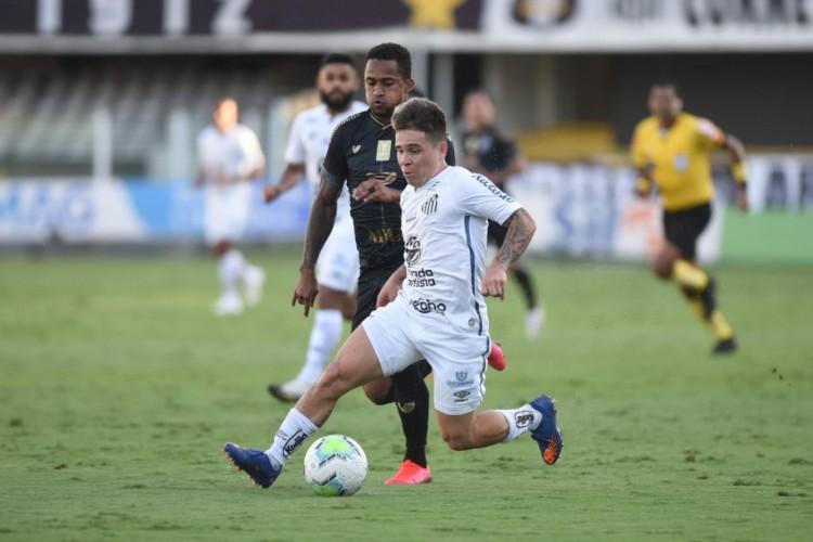 Lateral-direito Eduardo marca o meia Soteldo no jogo Santos FC x Ceará SC pela Copa do Brasil, na Vila Belmiro (Foto: Ivan Storti/Santos FC)