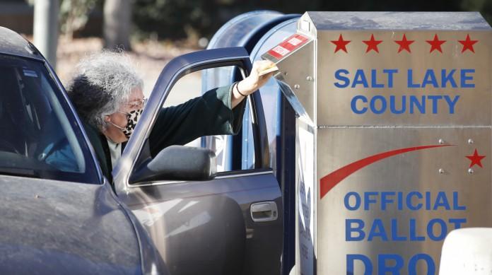 Eleitora deposita o voto em uma caixa de correio especial para as eleições