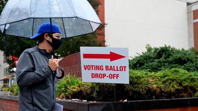 Eleitor caminha para votar presencialmente. Em vários estados, as urnas presenciais já estão abertas há semanas