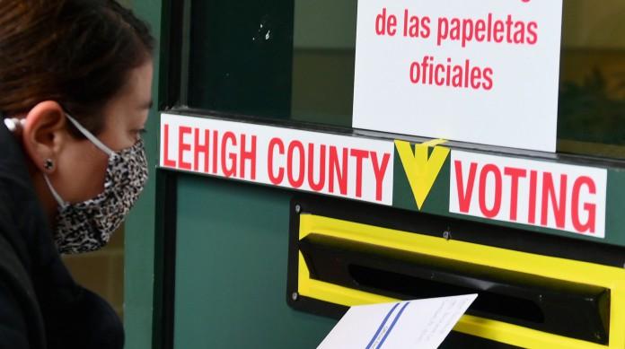Eleitora deposita voto de papel em urna no estado da Pensilvânia