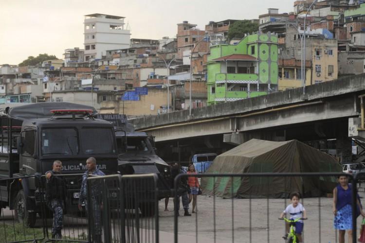 Rio de Janeiro - Tropas da Polícia Militar patrulham vias do complexo de favelas da Maré, que será ocupada pelo Exército no processo de implantação de uma Unidade de Polícia Pacificadora (Fernando Frazão/Agência Brasil) (Foto: Fernando Frazão/Agência Brasil)