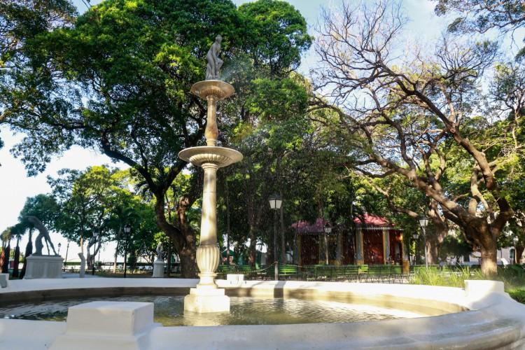 A praça é tombado como patrimônio público na esferas municipal e federal e foi inaugurada, pela primeira vez, em 1864. (Foto: Bárbara Moira/ O POVO)