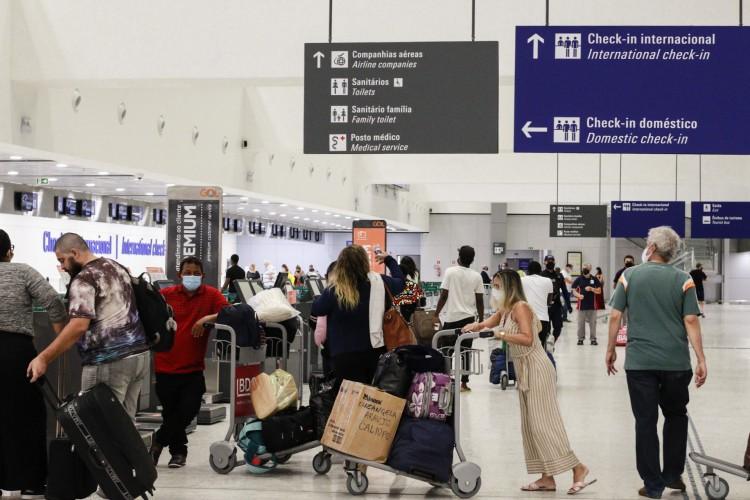 FORTALEZA, CE, 29-10-2020: Movimentacao no aeroporto de Fortaleza. As fotos destacam a fachada do aeroporto, circulação de passageiros e jogadores do flumniense que chegaram hoje na cidade. Aeroporto Internacional Pinto Martins, Fortaleza. (BARBARA MOIRA/ O POVO) (Foto: Barbara Moira)