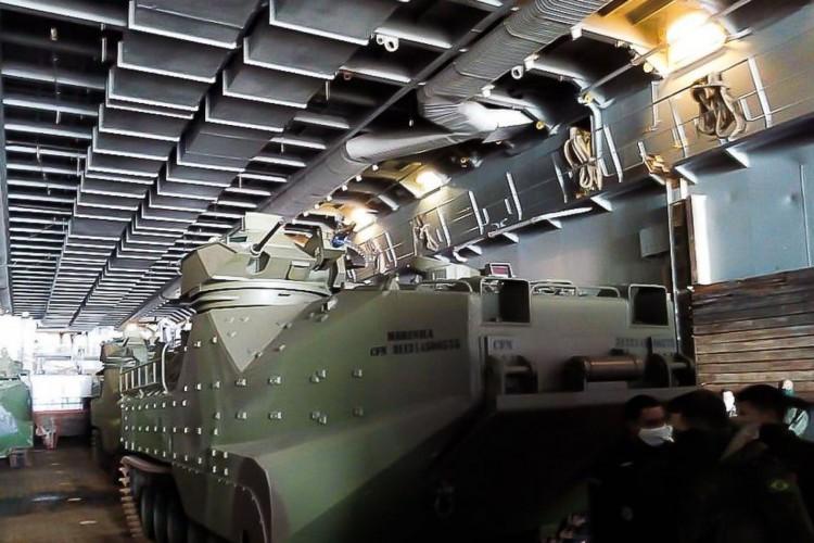 Carros lagartas anfíbios da Marinha durante exercício militar em Belém (Foto: Fabio Massalli /Agência Brasil)