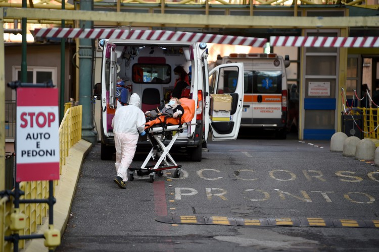 A situação do coronavírus está piorando na Europa, onde nesta sexta-feira foram ultrapassados os 10 milhões de casos (Foto: Filippo MONTEFORTE / AFP)