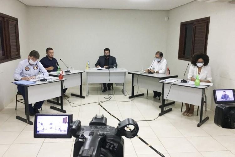 QUATRO candidatos a prefeito do Crato participaram do debate na rádio O POVO CBN medidado pelo jornalista Farias Júnior (Foto: Luciano Cesário/Rádio CBN Cariri)