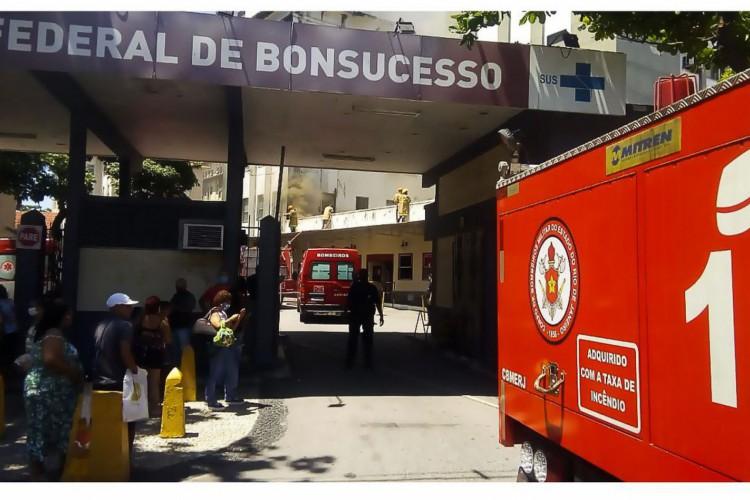 BONSUCESSO | INCÊNDIO no Hosp Geral de Bonsucesso provoca interdição da Av Londres, a partir do acesso pela Av Brasil. Bombeiros, CET-Rio e PM atuam no local (Foto: Reprodução Twitter/Centro de Operações Rio)