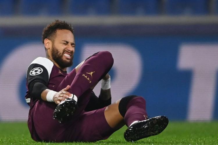 Técnico do PSG confirma lesão de Neymar e prevê volta após 3 semanas (Foto: )
