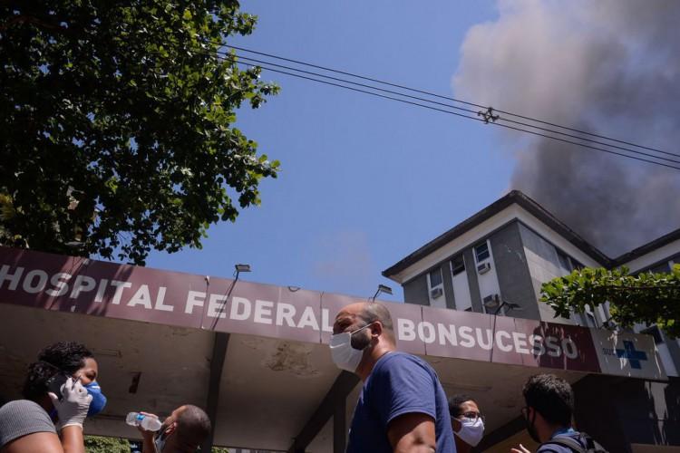Bombeiros controlam incêndio no hospital de Bonsucesso, na zona norte do Rio de Janeiro... (Foto: Tânia Rêgo/Agência Brasil)