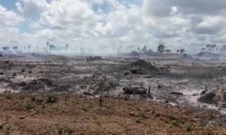 A fumaça ainda persiste na região, que conta com máquinas fazendo trabalhos de planagem e rescaldo na porção de terra desmatada