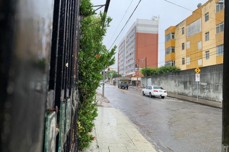 Segundo a Funceme, ao longo da manhã, ainda há possibilidade de chuva nos litorais de Fortaleza e Pecém, na Jaguaribana e partes do Sertão Central e Inhamuns (Foto: Matheus Facundo)