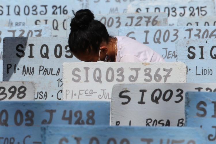 CEMITÉRIO DO BOM JARDIM: Fortaleza concentra 4.173 mortes por Covid-19 (Foto: FABIO LIMA)