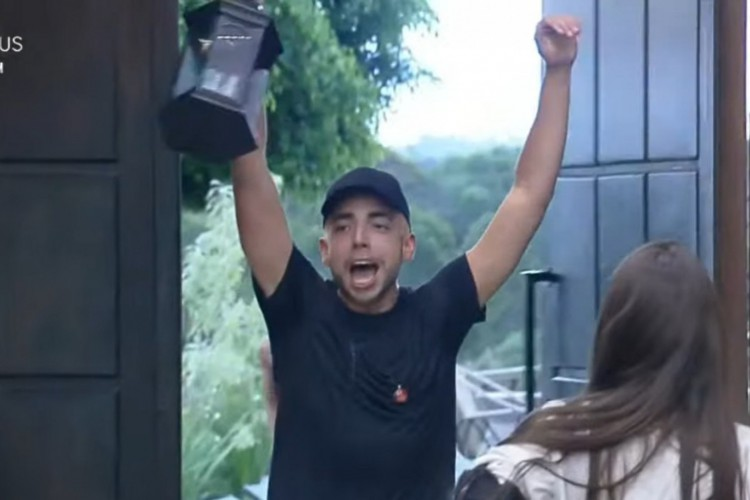 """Lucas Selfie venceu a prova de fogo desta semana no reality show """"A Fazenda"""" (Foto: Reprodução/PlayPlus)"""