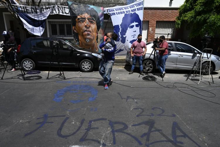 Torcedores estão reunidos em frente à clínica onde Maradona está internado (Foto: JUAN MABROMATA / AFP)