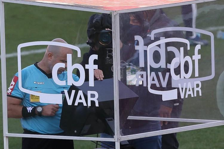 Árbitro checa a cabine do VAR em jogo do Campeonato Brasileiro 2020 (Foto: Cesar Greco/Palmeiras)