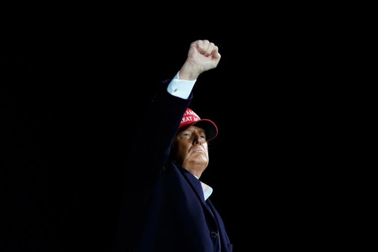 O presidente dos EUA, Donald Trump, balança o punho enquanto hospeda um evento da campanha Make America Great Again no Aeroporto Internacional de Des Moines, em Des Moines, Iowa, em 14 de outubro de 2020. (Foto de Alex Edelman / AFP) (Foto: ALEX EDELMAN / AFP)