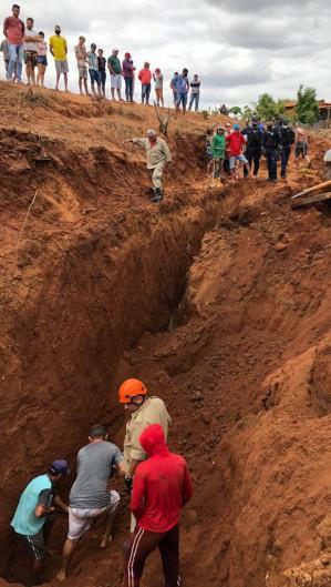 Homem idoso foi soterrado ao tentar construir uma barreira de contenção em Icó. (Foto: Foto: Corpo de Bombeiros Militar)