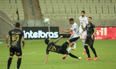 Vina finaliza de meia bicicleta para marcar o gol da vitória do Ceará