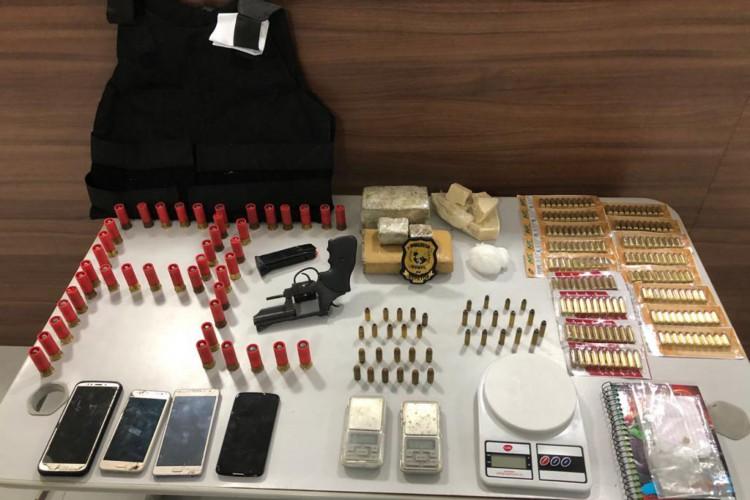 Na ação da Polícia, foram apreendidos ainda munição, droga e armamento (Foto: Divulgação Polícia Civil)