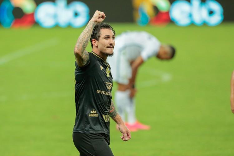 Vina comemora gol de voleio marcado na vitória do Ceará sobre o Santos, por 1 a 0, pela Copa do Brasil (Foto: Julio Caesar)