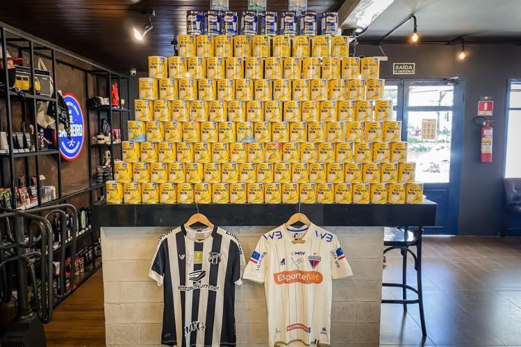 Camisas autografadas e usadas de atletas de Ceará e Fortaleza renderam 150 latas de leite em pó (Foto: Daniel Herculano/Divulgação)