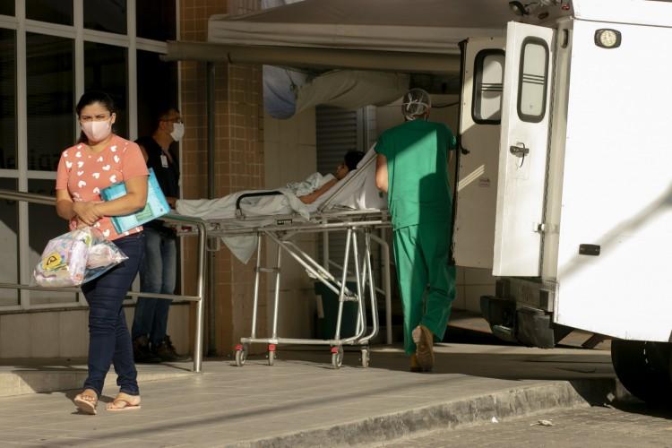 FORTALEZA, CE, BRASIL, 04.11.2020: Chegada de ambulância. Movimentação no Hospital Leonardo da Vinci (Foto: Aurelio Alves)
