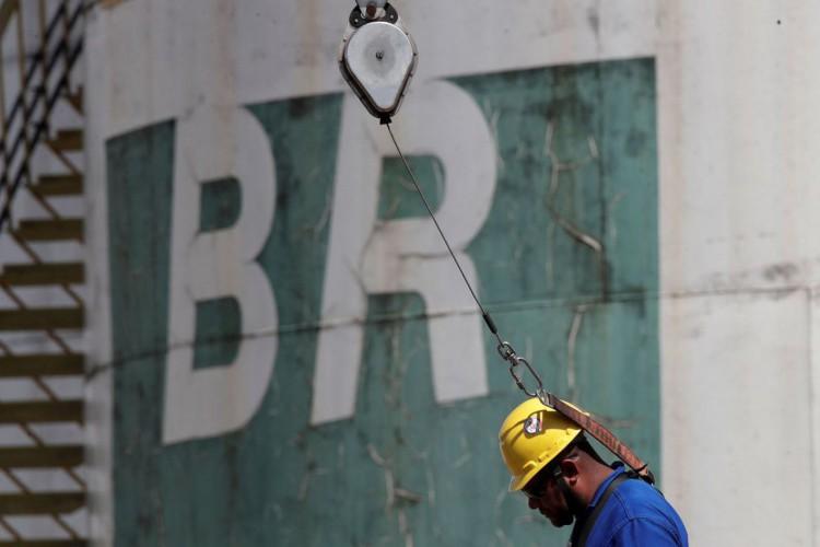 Um trabalhador fica perto de um tanque da empresa estatal de petróleo da Petrobras em Brasília (Foto: REUTERS/Ueslei Marcelino)