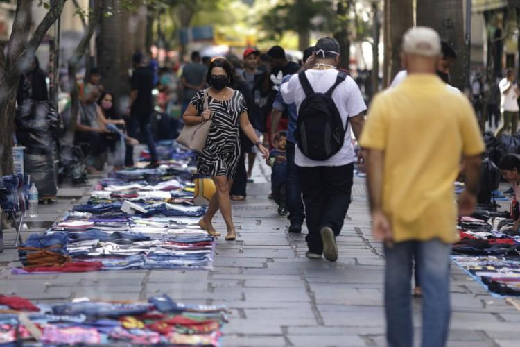 Pessoas caminham entre vendedores ambulantes vendendo suas mercadorias no centro do Rio de Janeiro, Brasil, 1º de setembro de 2020. REUTERS / Ricardo Moraes (Foto: REUTERS / Ricardo Moraes)