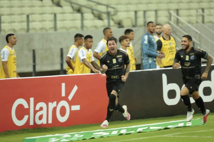 Meia Vina comemora gol do Ceará Sporting Club contra o Santos Futebol Clube, na Arena Castelão, pela Copa do Brasil (Foto: Julio Caesar/O POVO)