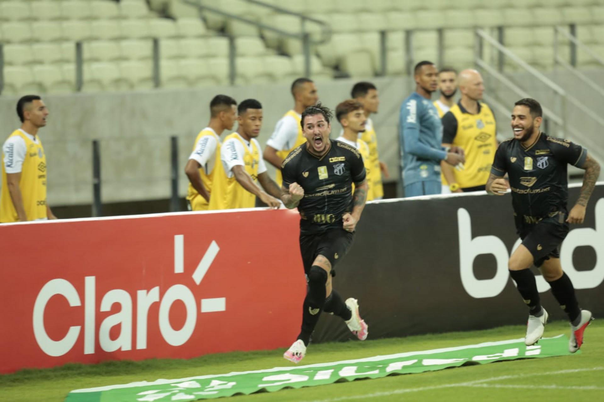Meia Vina comemora gol do Ceará Sporting Club contra o Santos Futebol Clube, na Arena Castelão, pela Copa do Brasil