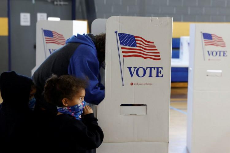 A voter fills out a ballot on Election Day in Conshohocken, Pennsylvania, U.S., November 3, 2020. REUTERS/Rachel Wisniewski (Foto: REUTERS/Rachel Wisniewski)