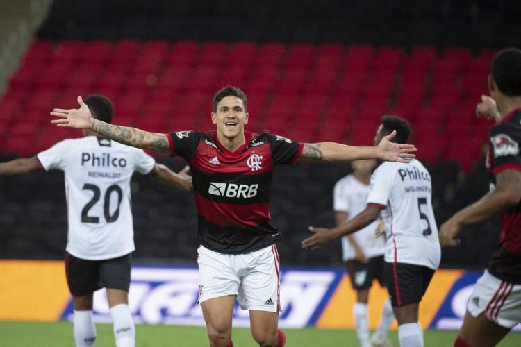 Pedro brilha, Flamengo bate Athletico e prossegue na Copa do Brasil (Foto: )