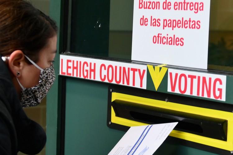 Eleições nos EUA: eleitora deposita voto de papel em urna no estado da Pensilvânia, onde resultado da votação pode ser conhecido hoje (Foto: Angela Weiss/AFP)