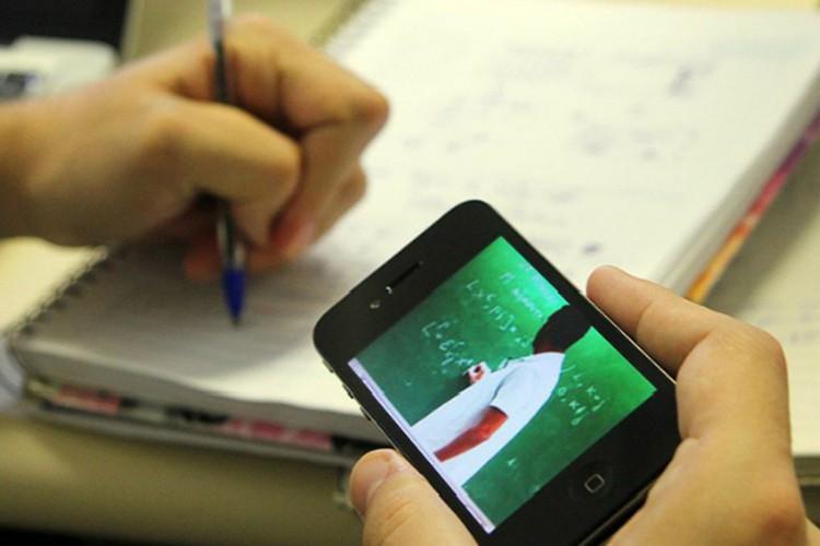 Celular é a principal ferramenta de estudo e trabalho na pandemia (Foto: )