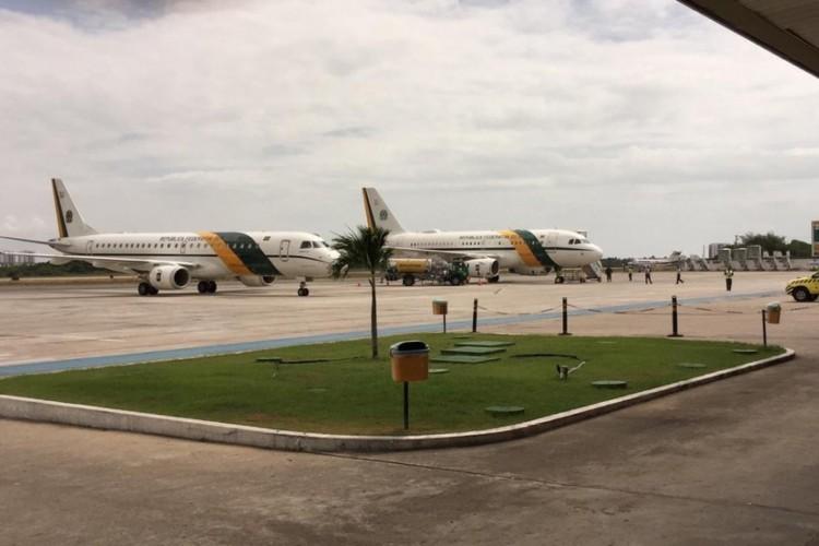 Presidente Jair Bolsonaro desembarca em Sergipe após não conseguir pousar em Paulo Afonso devido ao mau tempo.    (Foto: Joice Vieira)