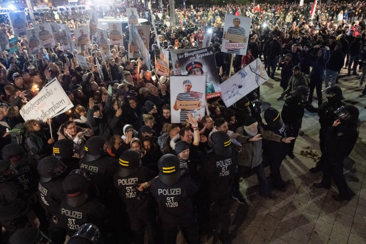 """Polícia alemã se choca com manifestantes que participam de uma manifestação convocada pela iniciativa """"Querdenken"""" contra as atuais medidas do governo alemão para conter a disseminação do novo coronavírus  (Foto: SEBASTIAN KAHNERT / AFP)"""