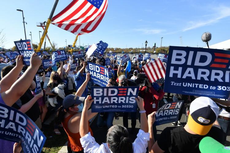 Apoiadores do presidente eleito Joe Biden comemoram sua vitória na eleição presidencial de 2020 fora do Chase Center em Wilmington, Delaware (Foto: ANGELA WEISS / AFP)