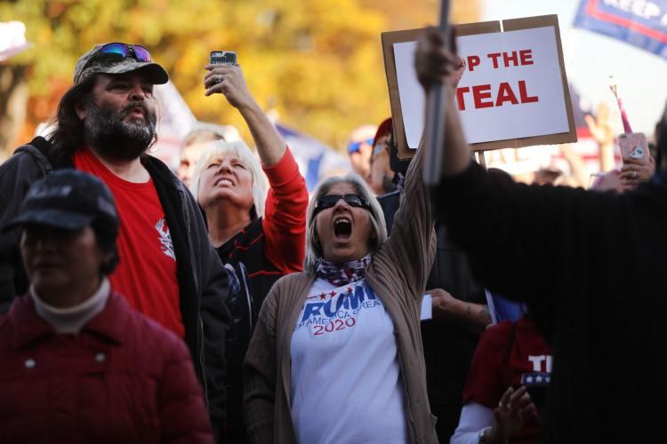 Centenas de apoiadores de Donald Trump se reúnem na capital do estado da Pensilvânia para mostrar sua raiva com o resultado (Foto: SPENCER PLATT / AFP)