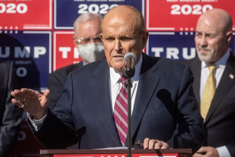 FILADÉLFIA, PENSILVÂNIA - NOVEMBRO 07: O advogado do presidente, Rudy Giuliani fala à mídia em uma entrevista coletiva realizada no estacionamento traseiro da empresa de paisagismo em 7 de novembro de 2020 na Filadélfia, Pensilvânia. A coletiva de imprensa ocorreu poucos minutos depois que as redes de notícias anunciaram que Joe Biden havia conquistado a presidência sobre Donald Trump, após a projeção de que ele havia vencido o estado da Pensilvânia. Chris McGrath / Getty Images / AFP (Foto: Chris McGrath / AFP)