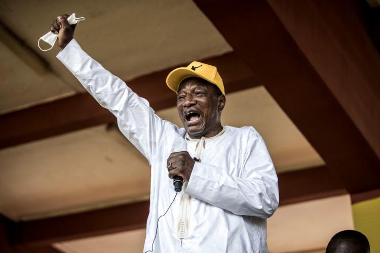 Alpha Condé, de 82 anos, teve vitória no primeiro turno (Foto: JOHN WESSELS / AFP)