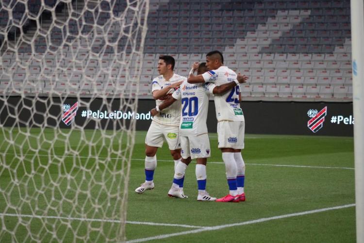 Atacante Bergson comemora gol pelo Fortaleza EC em jogo contra o Athletico-PR, na Arena da Baixada, pela Série A (Foto: Dudu Oliveira/Fortaleza EC)