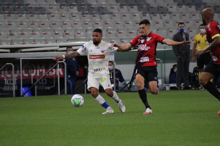 Atacante Romarinho em lance do jogo Athletico-PR x Fortaleza, na Arena da Baixada, em Curitiba (Foto: Dudu Oliveira/Fortaleza EC)