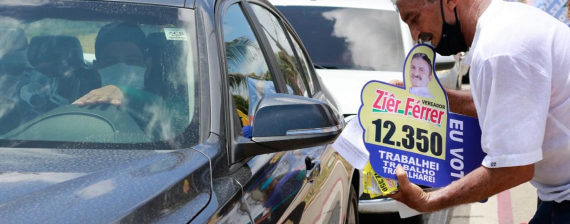Candidato conversa com motoristas que param no semáforo