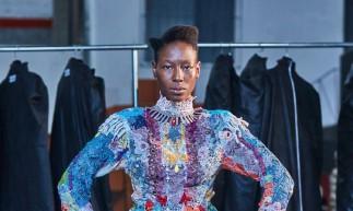 Trabalho artesanal do estilista ganhou versão fílmica para a edição de 25 anos do SPFW; produção mistura moda, música e investigações sobre o corpo como potência (Foto: Paulo Mancini/Divulgação)