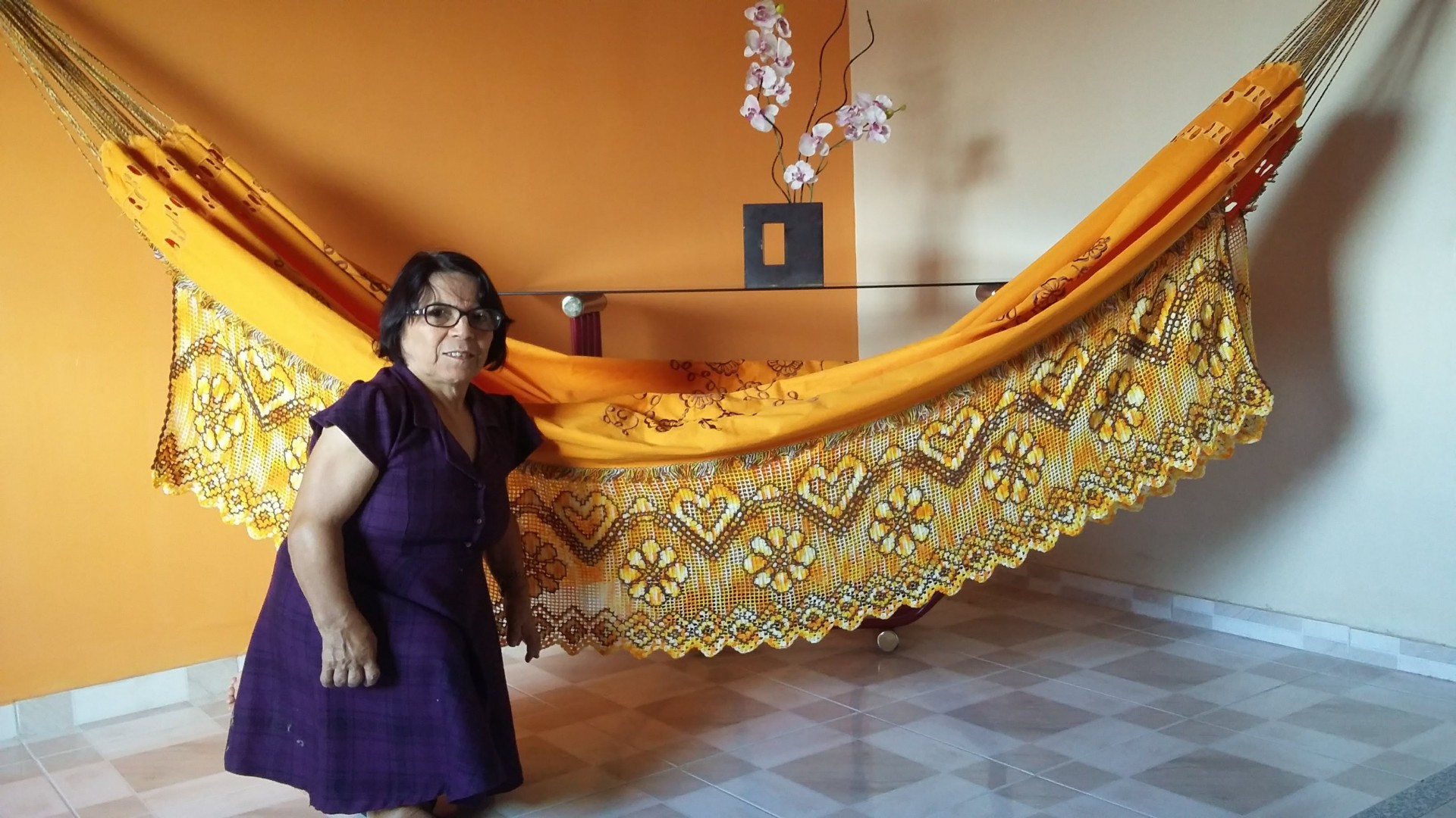 Dona Rosinha comanda, em Várzea Alegre, associação de crocheteiras que atualmente produzem 300 redes por mês