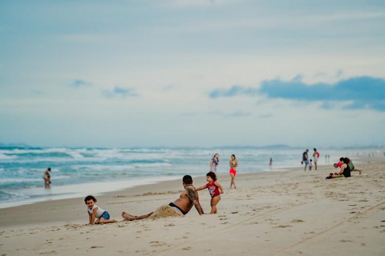 Movimentação de fim de tarde na Praia do Futuro. Dermatologista explicar que é possível adaptar os hábitos pra aproveitar lugar aos ar livre no período do fim  da tarde. (Foto: JÚLIO CAESAR)