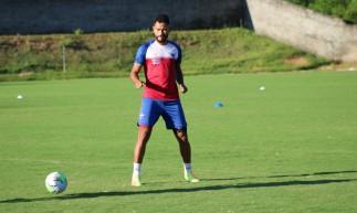 Zagueiro Jackson em treino do Fortaleza no estádio Barradão, em Salvador