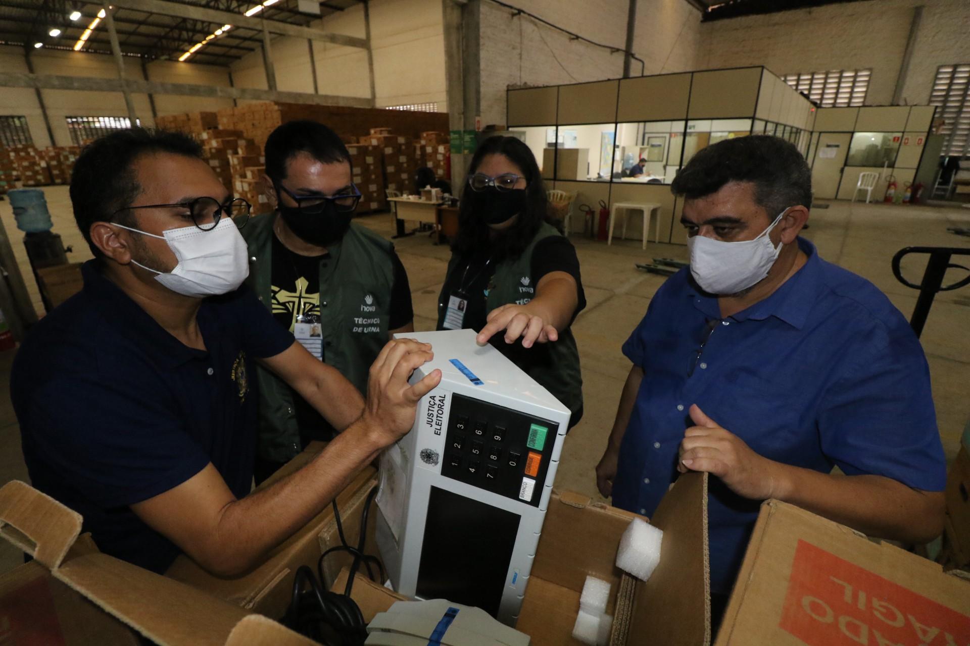 Urnas eletrônicas sendo recebidas antes de serem distribuídas para as zonas eleitorais em 2020