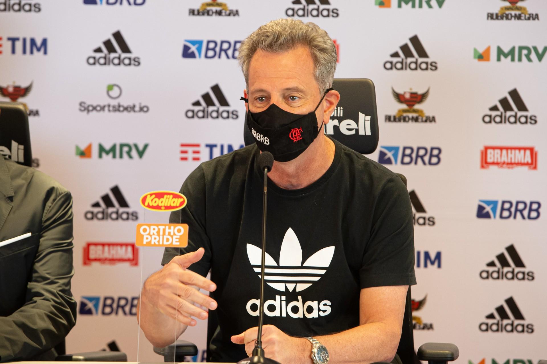 Presidente Rodolfo Landim, do Flamengo, em entrevista coletiva de máscara